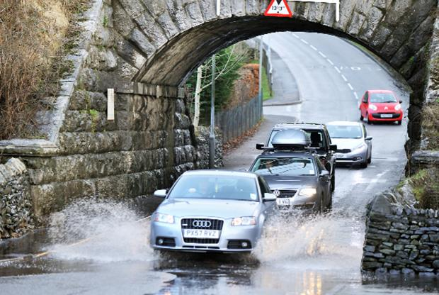 Evesham Journal: Drivers negotiate the flooding at Parkside Road