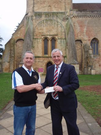 (l-r) Ian Brazier of the Pershore Golf Society presenting a cheque to Ian Baldry of Help for Heroes.