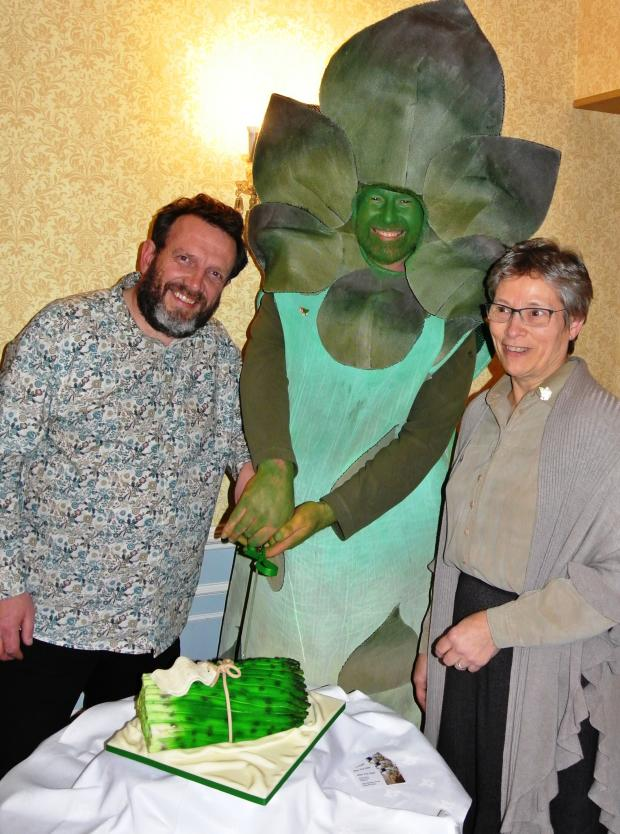 Evesham Journal: Nigel Smith, landlord of The Fleece Inn, asparaGus and Sue Jenkinson, owner of The Evesham Hotel, with a special cake made by Sheryl Brain Cakes.