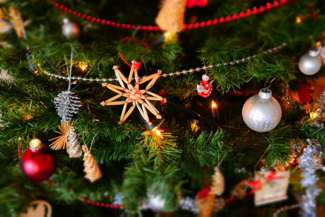 should your decorations come down tomorrow or on saturday - When Should Christmas Decorations Be Taken Down